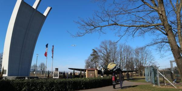 Luftbrückendenkmal mit Rosinenbomber