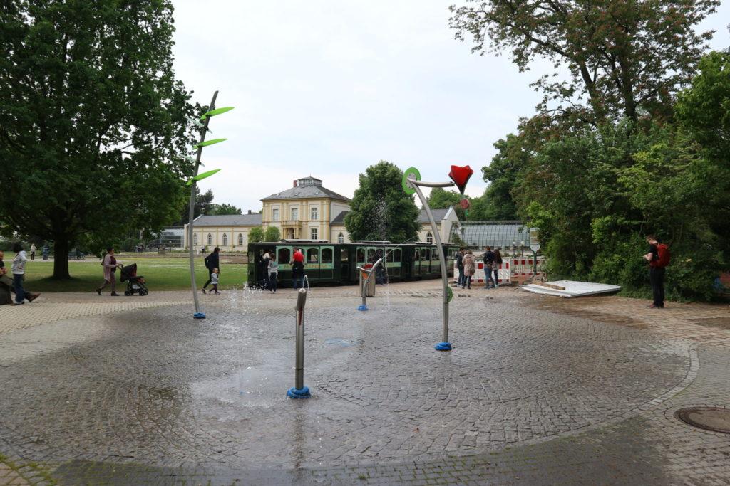 Der tolle Wasserspielplatz mit dem Palmen-Express im Hintergrund - Copyright: Frankfurt mit Kids