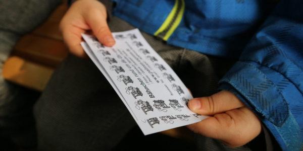 Die Fahrkarte wird stolz gehalten