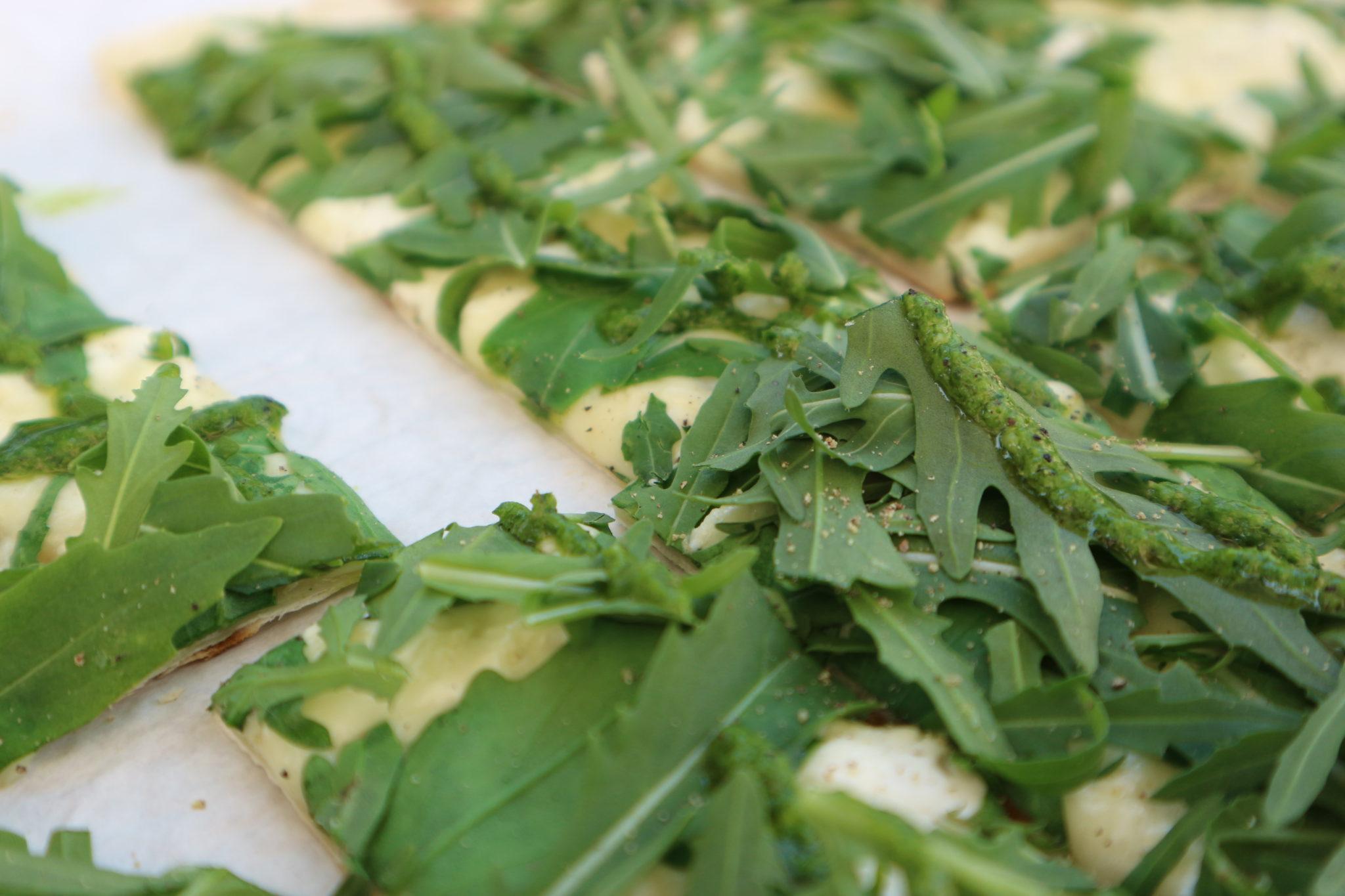 Leckerer Flammkuchen mit Grüne-Soße-Pesto