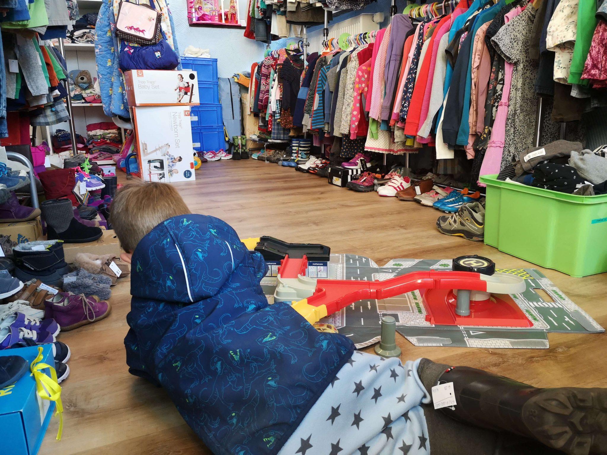 Das Spielzeug wird direkt ausgiebig getestet und an den Stiefeln hängt noch das Etikett Krötenkiste - Frankfurt mit Kids