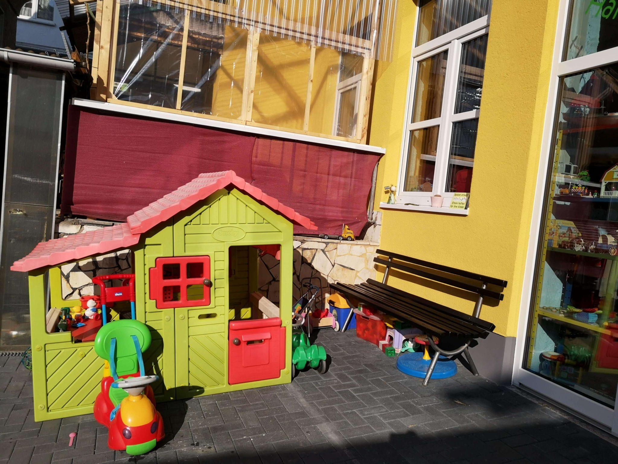 Ein toller Außenbereich zum Spielen für die Kinder vor der Krötenkiste - Frankfurt mit Kids