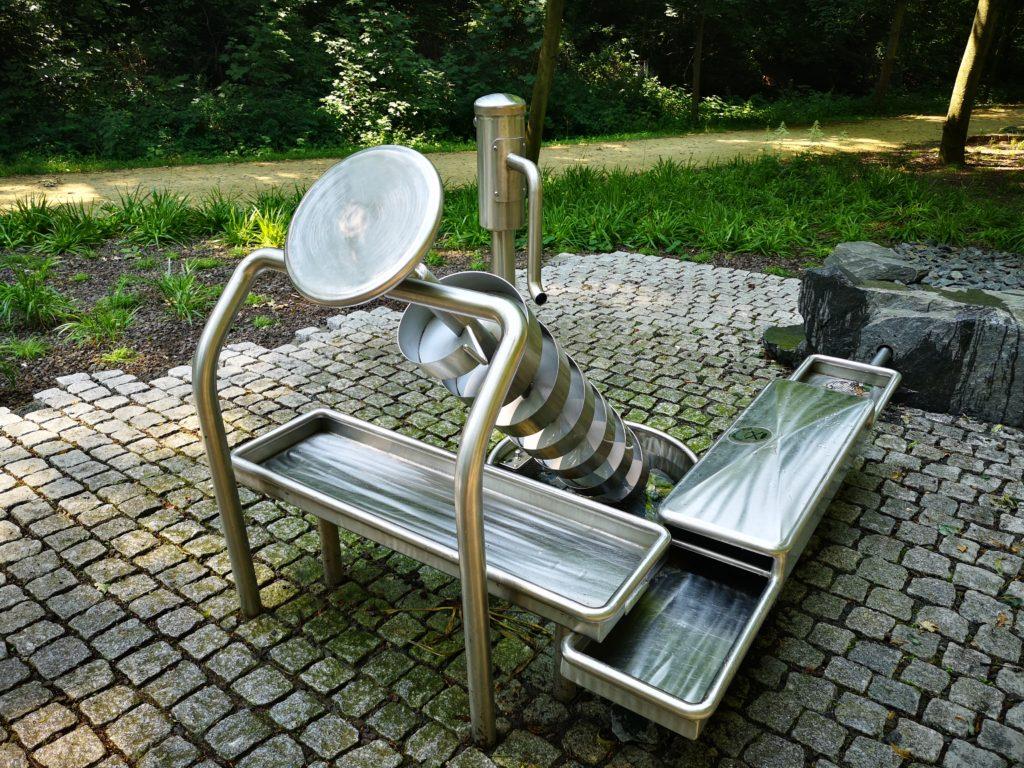 Ein Spaß für alle: Handpumpe, archimedische Schraube, Becken, Rinne und natürlich jede Menge Wasser