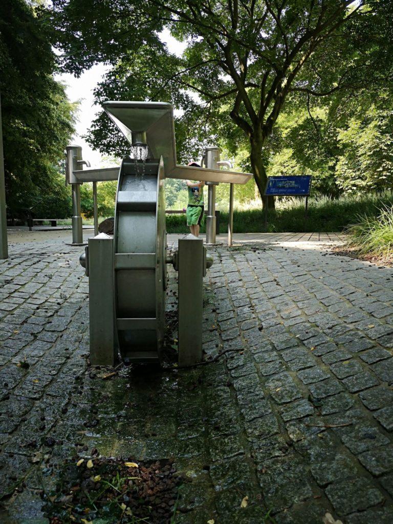 Mit Wasser kann man hier am Wasserlehrpfad selber Strom erzeugen und sich abkühlen - Frankfurt mit Kids