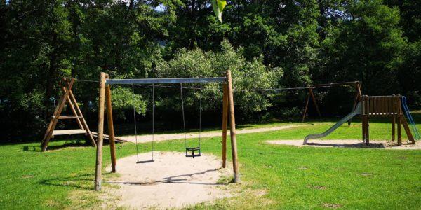 Der Spielplatz in Bad Orb liegt leider nur in der Sonne, hat aber tolle Spielgeräte