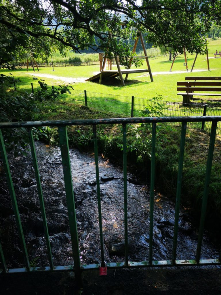 Durch den Fluß direkt am Spielplatz, herrlich erfrischend
