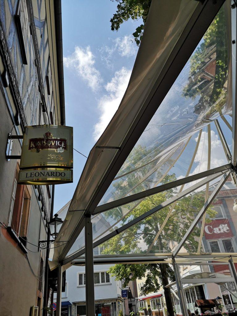Schöner Außenbereich der Pizzeria Leonardo
