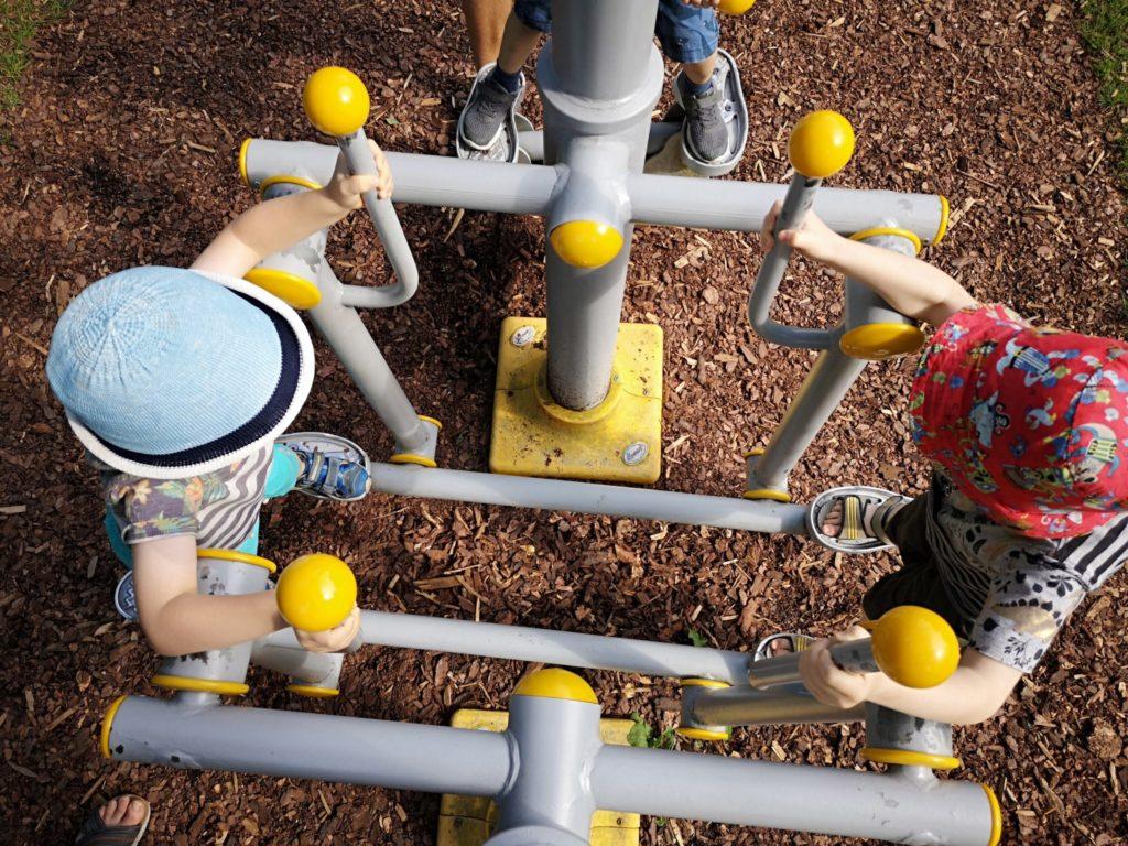 Sportgeräte im Kurpark in Bad Orb - auch die Kinder betätigen sich hier