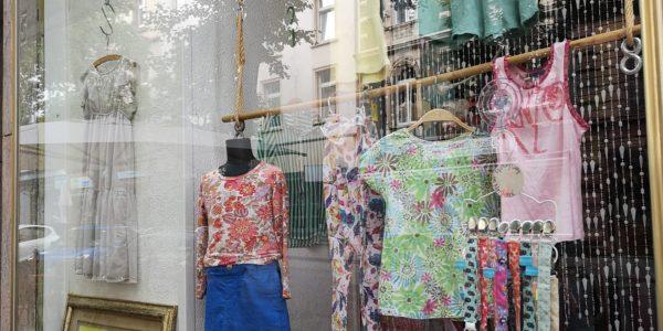Schon das Schaufenster von Kiddis Vintage Secondhandladen ist liebevoll dekoriert