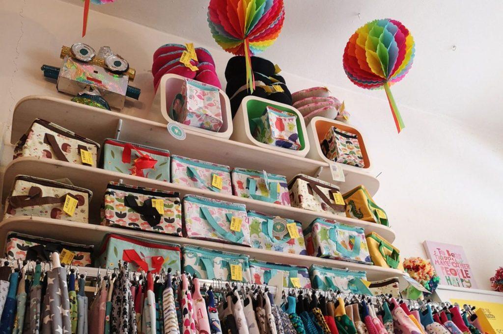 Alt trifft neu im Monsters Seconhandladen für Kinder