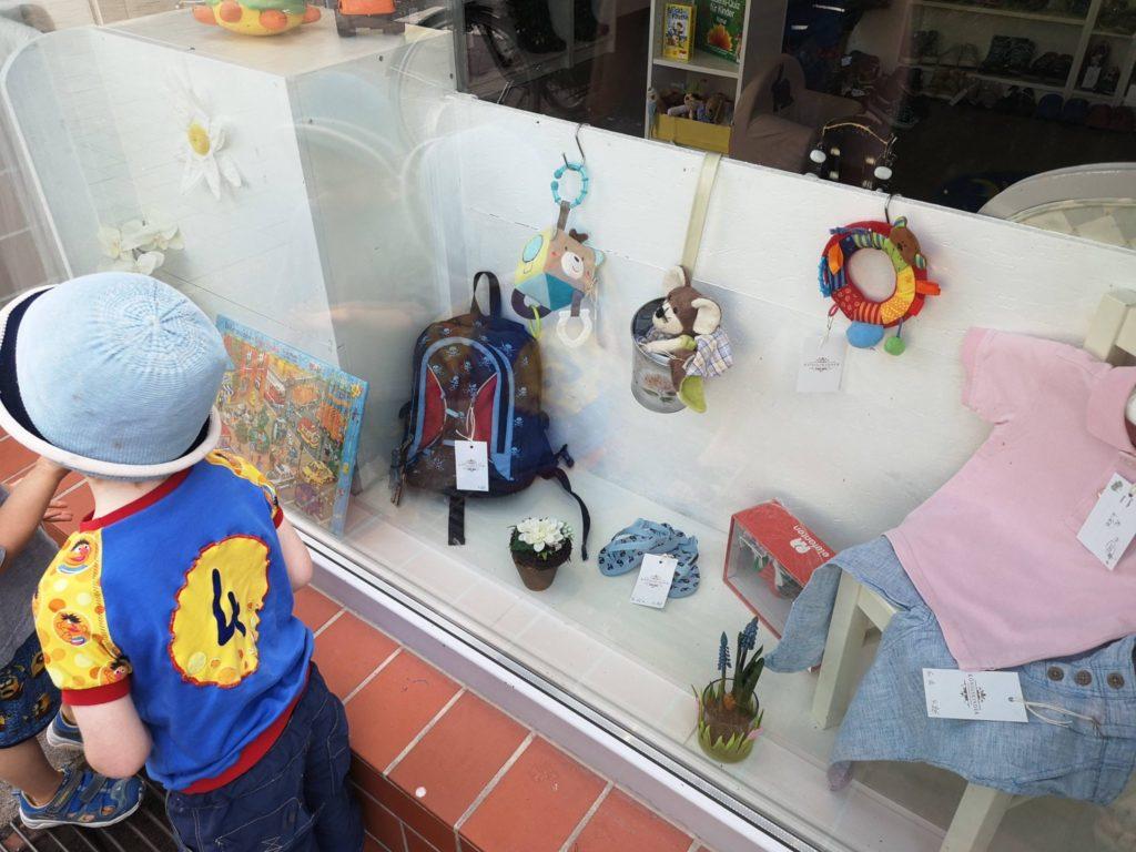 Liebevolle Details sind schon im Schaufenster des Königskinder Secondhandladen in Neu-Isenburg zu finden