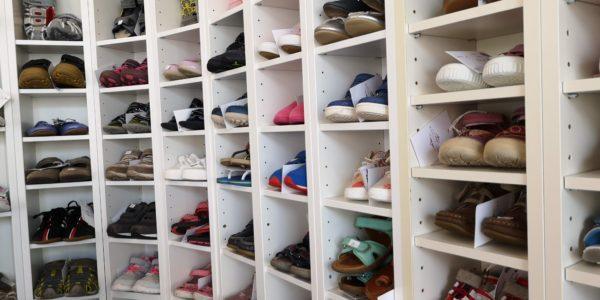 Tolle Schuhauswahl im Königskinder Kindersecondhandladen in Neu-Isenburg