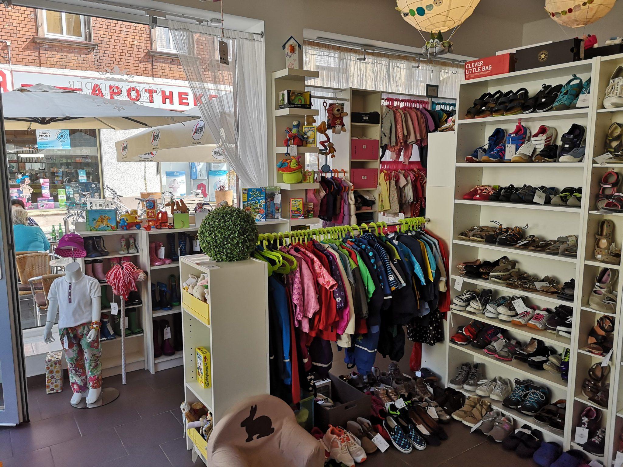 Regenjacken, Schuhe, Kinderklamotten, Badesachen etc. - all das findest du im Königskinder Secondhandladen für Kinder in Neu-Isenburg