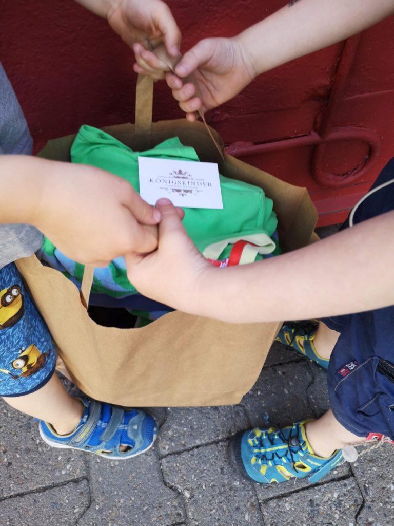 Eine Tüte voller Kinderklamotten - für gerade mal 50 Euro