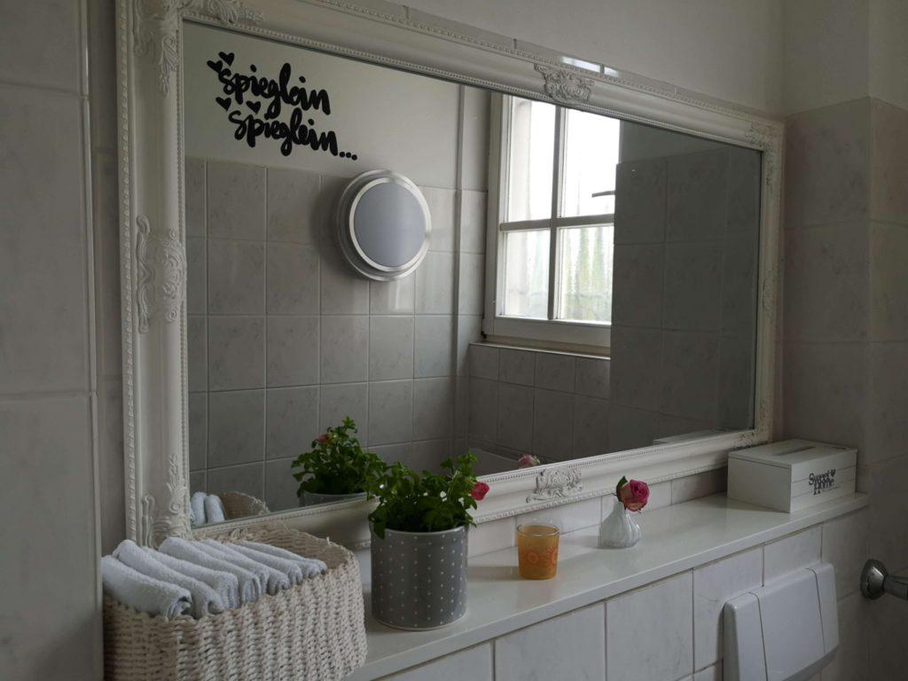 Auch das Bad ist schön eingerichtet, für Kids gibt es Wickeltisch Hocker und Toilettenaufsatz