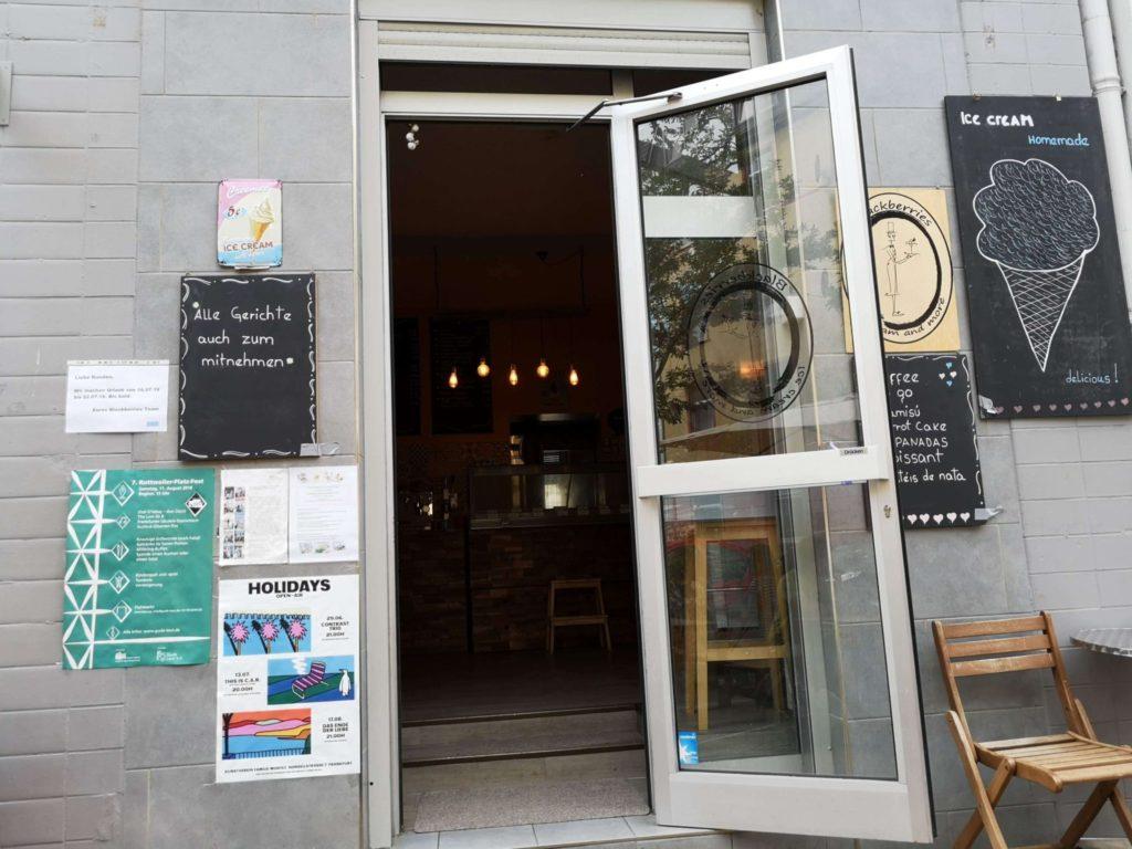 Der Eingang zum Eiscafé Blackberries in der Schleusenstraße