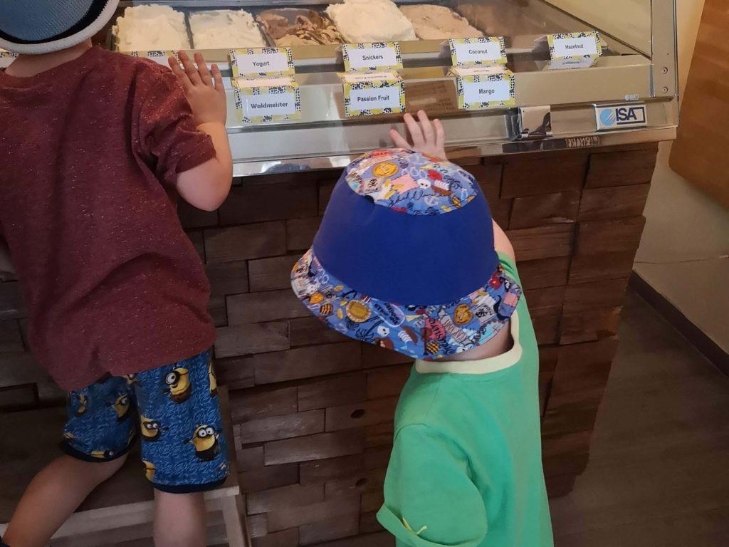 Mit einem Hocker können die Kids die Eissorten im Eiscafé Blackberries anschauen
