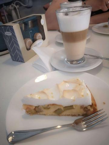 Hausgemachter Rhabarberkuchen und eine Latte Macciato im Laden-Café Sonnenschein in Kelkheim