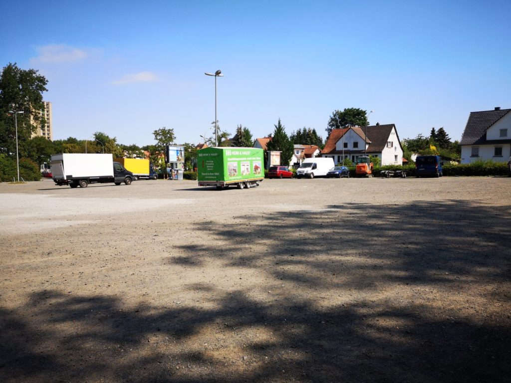 Es gibt einen großen Parkplatz am Waldzoo Offenbach