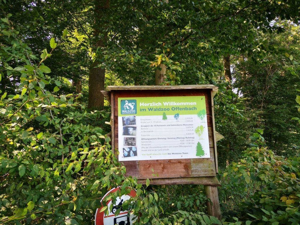 Dank des Schildes wissen wir, dass wir hier beim Waldzoo Offenbach richtig sind