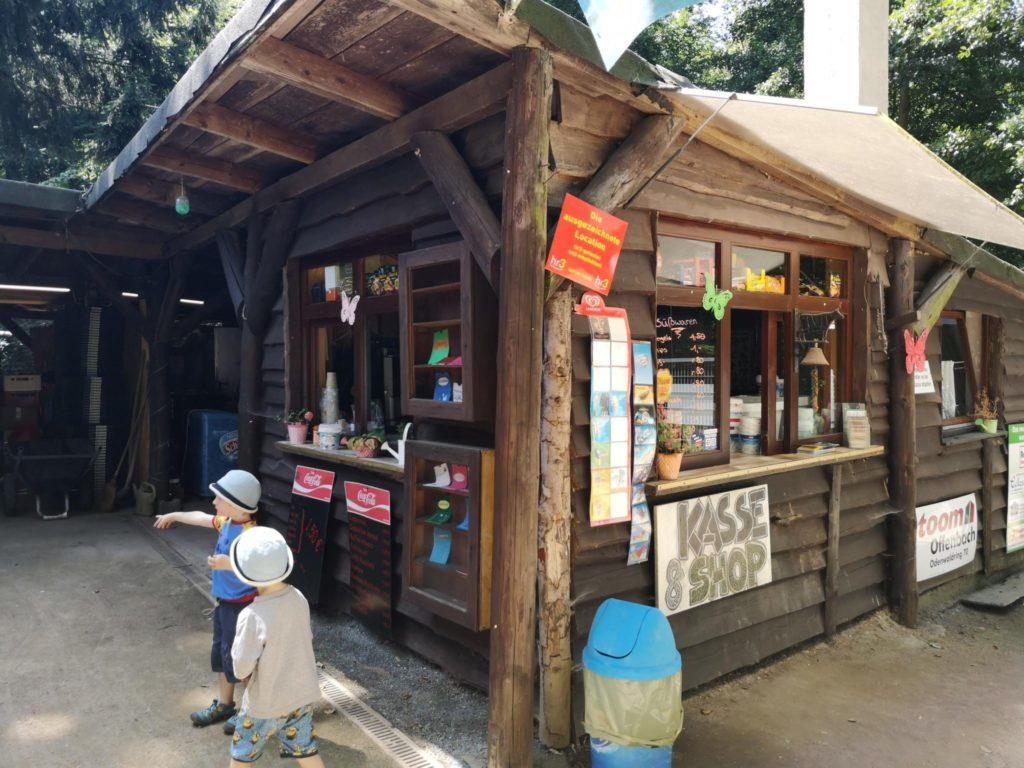 Im Kiosk gibt es günstige Getränke, Eis und kleine Snacks im Waldzoo Offenbach