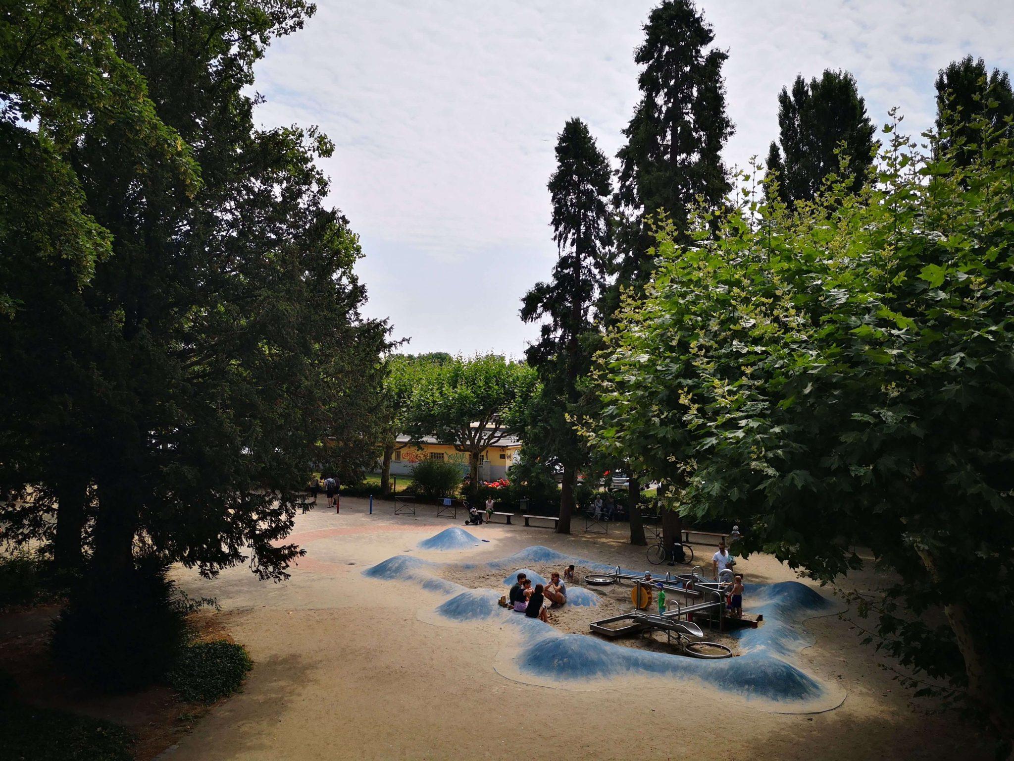 Der Spielplatz an der Untermainbrücke liegt direkt am Main