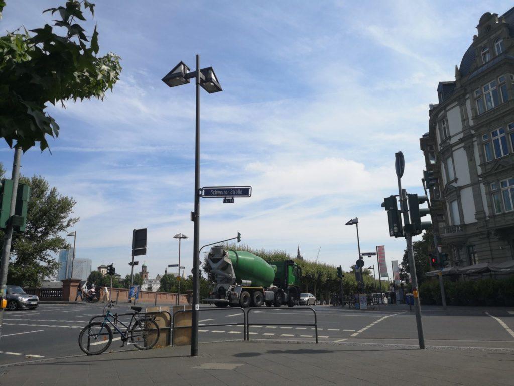 Ecke Schaumainkai/Schweizer Straße ist ein toller Spot, um Fahrzeuge aller Art zu beobachten
