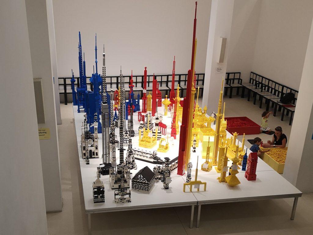 Beeindruckend ist die LegoBaustelle im Deutschen Architekturmuseum von oben