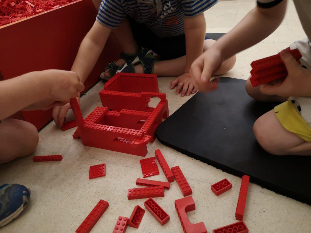 Im Teamwork zum Turm auf der LegoBaustelle