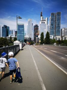 Hand in Hand gen Frankfurt Skyline