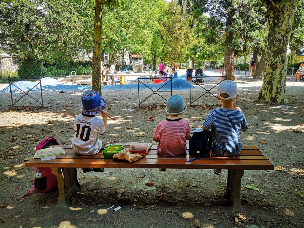 Picknick am Spielplatz unter der Untermainbrücke in Frankfurt