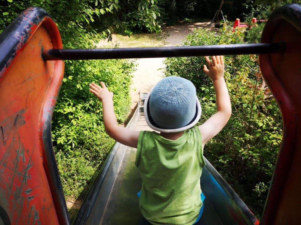 Die Rutsche ins Glück, auf dem Spielplatz in Kelkheim gibt es eine lange und schnelle Rutsche