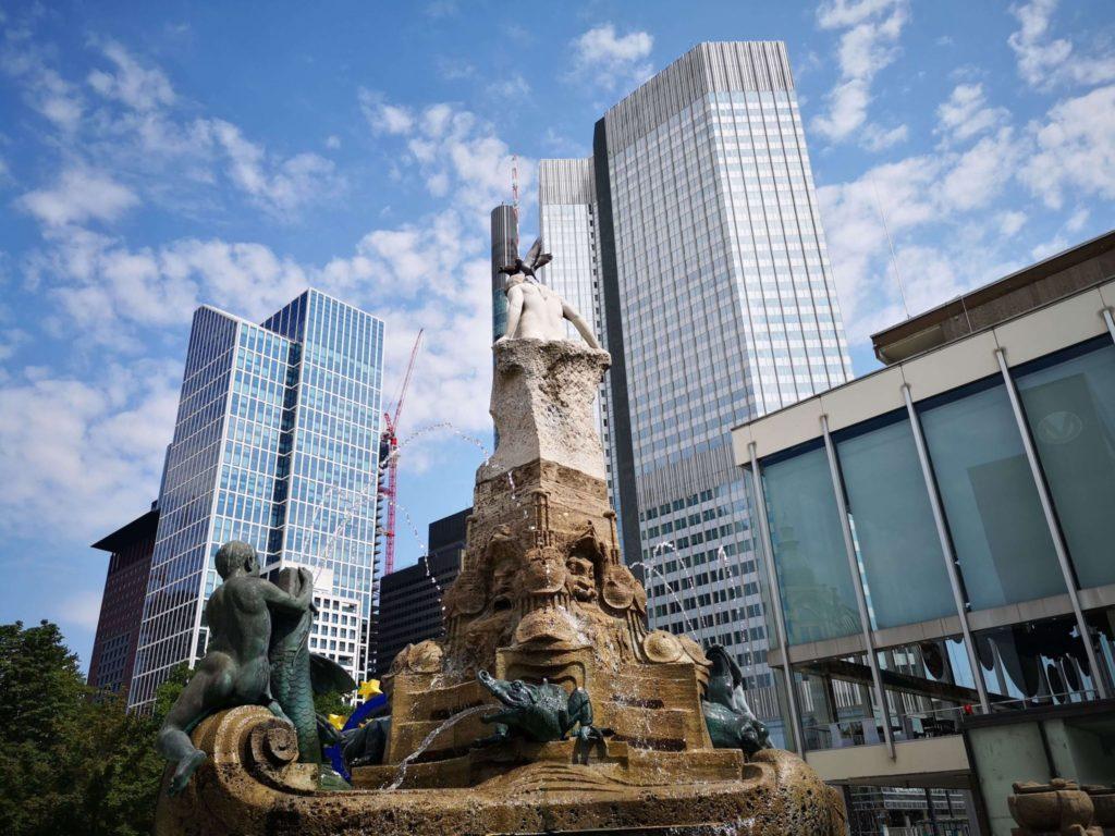 Schon der Weg zum Main ist herrlich: hier der Märchenbrunnen neben der Oper am Willy-Brand-Platz
