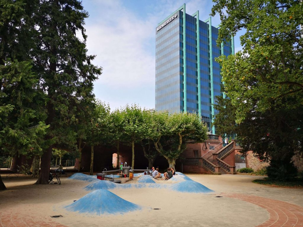 Wasserspielplatz mit Skyline-Blick