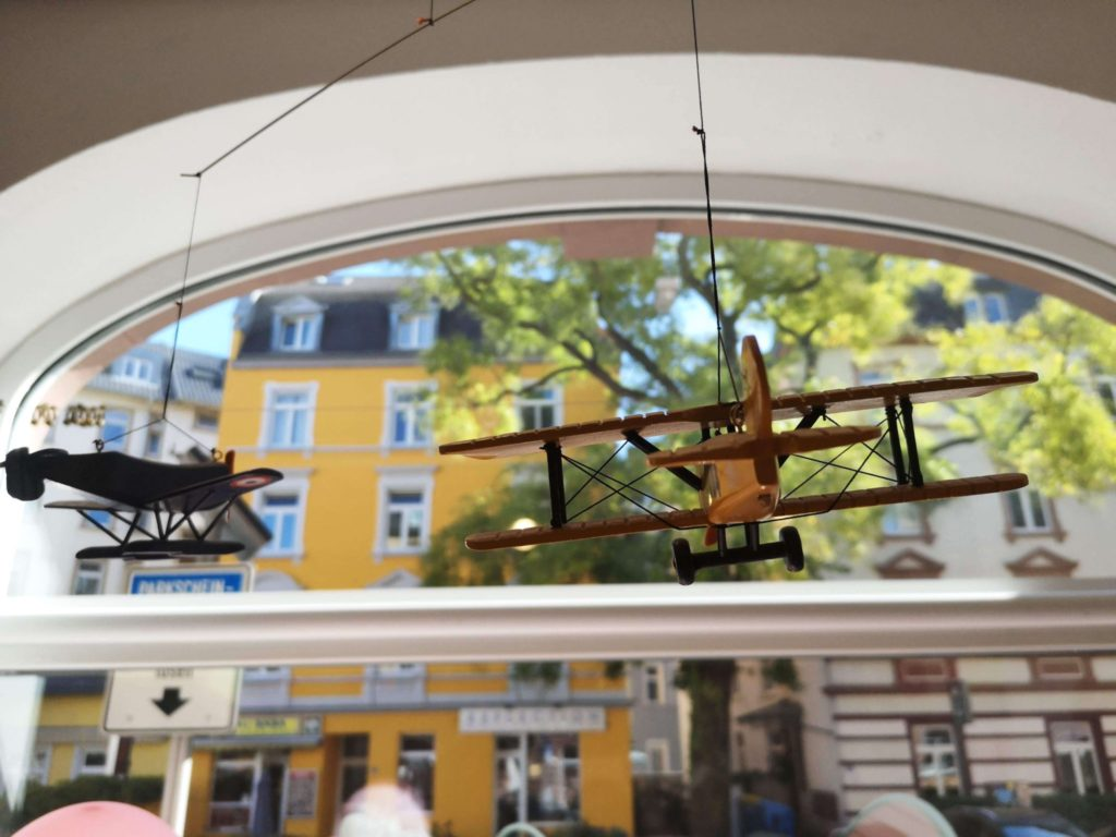 Über den Wolken mit einem tollen Flugzeug-Mobile im Spielzeux in Sachsenhausen - Frankfurt mit Kids
