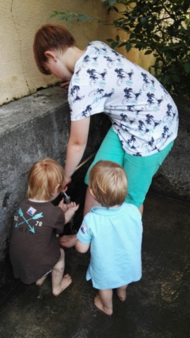 Füße säubern nach dem Barfußpfad im Schloss Freudenberg - Frankfurt mit Kids