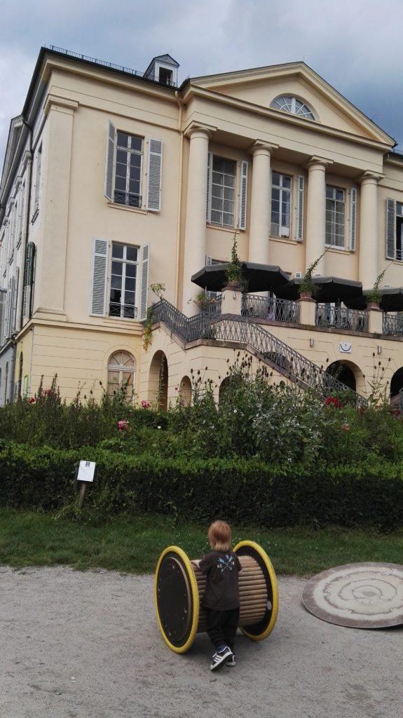 Viele Outdoor-Geräte für Kinder auf dem Außengelände des Schloss Freudenberg - Frankfurt mit Kids