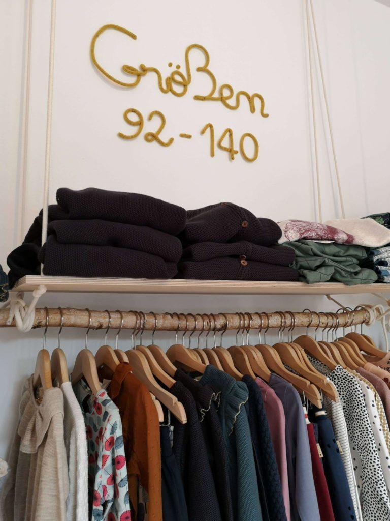 Eine breite Range von preiswerter bis hochpreisiger Kleidung - Frankfurt mit Kids