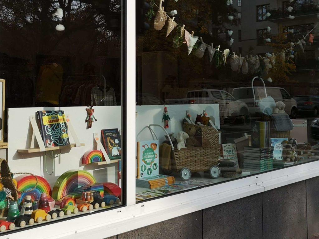 Ein buntes und liebevoll gestaltetes Schaufenster bei Frau Nellson und ihre Schönigkeiten - Frankfurt mit Kids