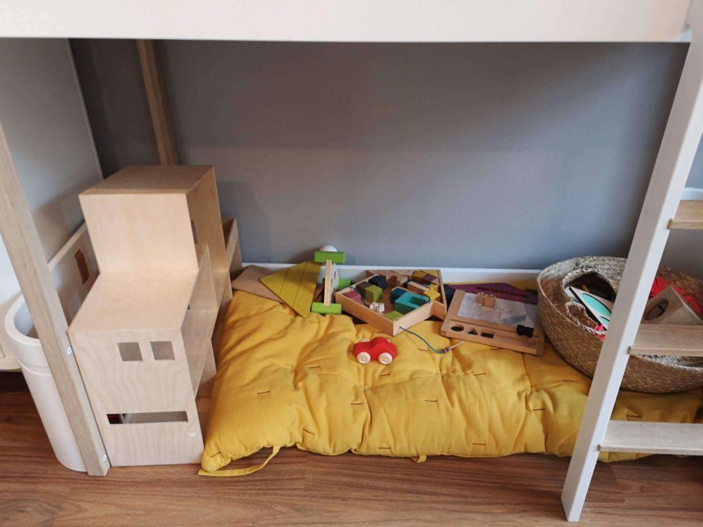Der Spielebereich unter einem Hochbett kommt gut bei den Kids an - Frankfurt mit Kids