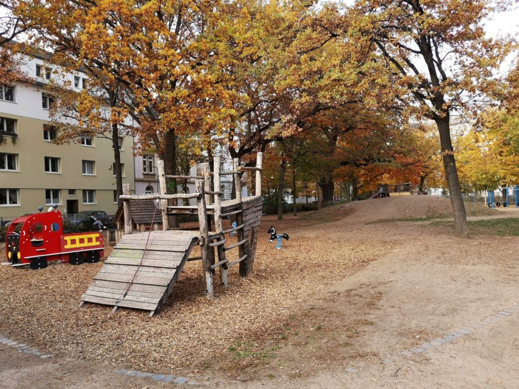 Der nahe gelegene Spielplatz hat für alle Altersstufen etwas zu bieten - Frankfurt mit Kids