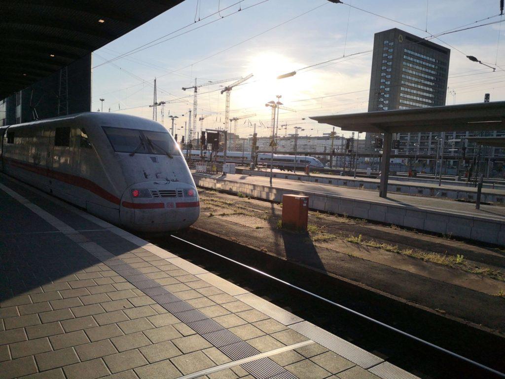 Der ICE fährt ein in den Frankfurter Hbf - Copyright: Frankfurt mit Kids