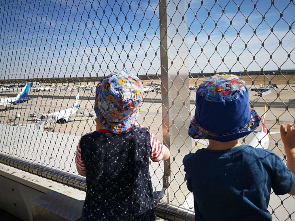 Die Kinder hängen am Zaun der Besucherterrasse am Flughafen Frankfurt - Frankfurt mit Kids