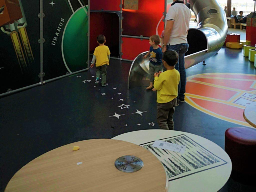 Essen mit Blick auf den Indoorspielplatz am Flughafen Frankfurt - Frankfurt mit Kids