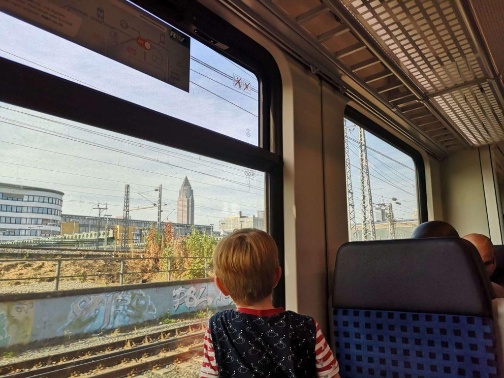 Fahrt mit der S-Bahn zurück vom Frankfurter Flughafen - Frankfurt mit Kids