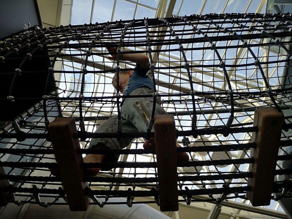Tolle Klettermöglichkeiten am Indoorspielplatz am Flughafen Frankfurt - Frankfurt mit Kids