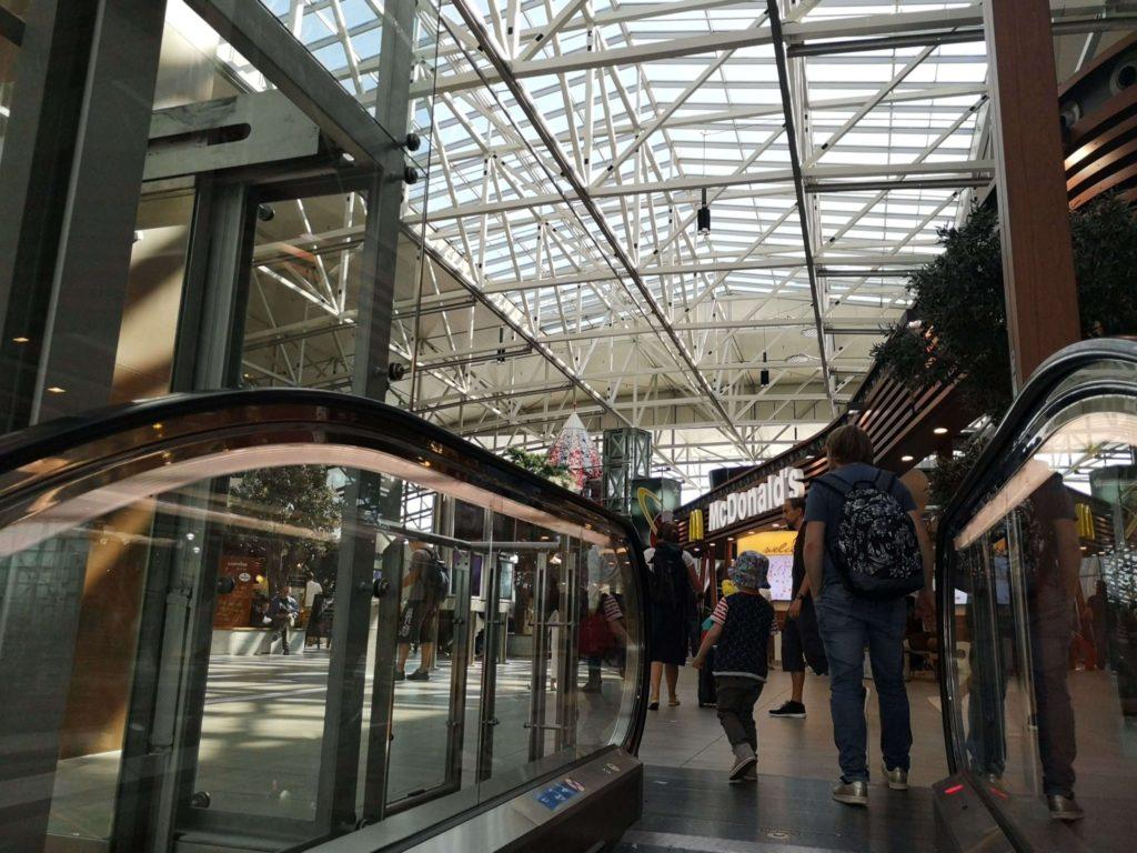 Viele Rolltreppen machen Laune am Flughafen Frankfurt - Frankfurt mit Kids