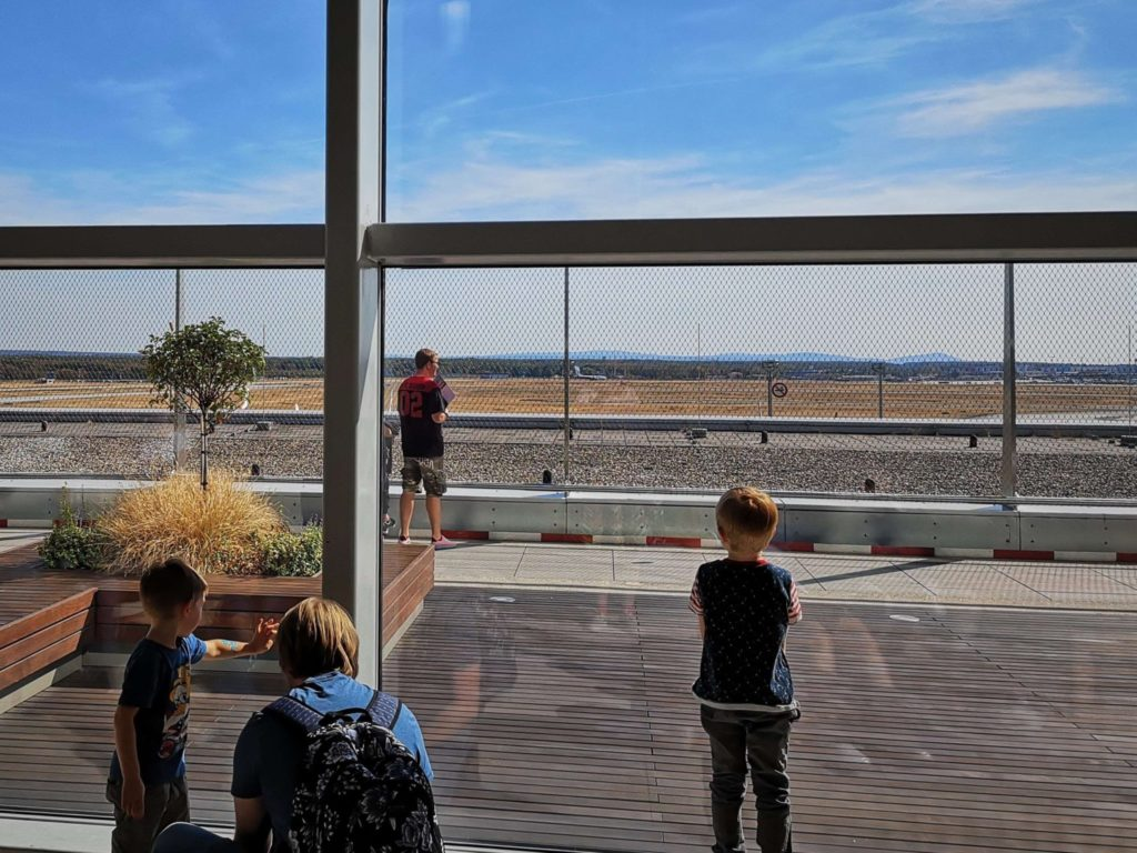 Von innen kann man auch gut die Flugzeuge am Flughafen Frankfurt beobachten - Frankfurt mit Kids