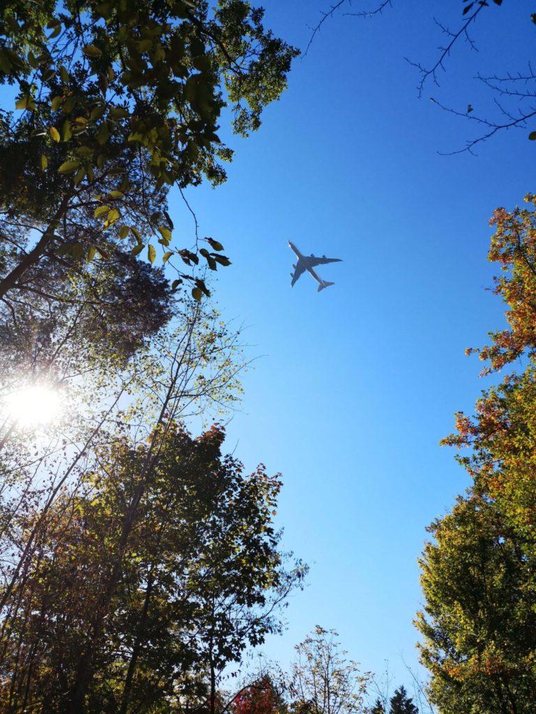 Die Jungs empfinden die Flugzeuge nicht als störend, die Erwachsenen schon - Frankfurt mit Kids