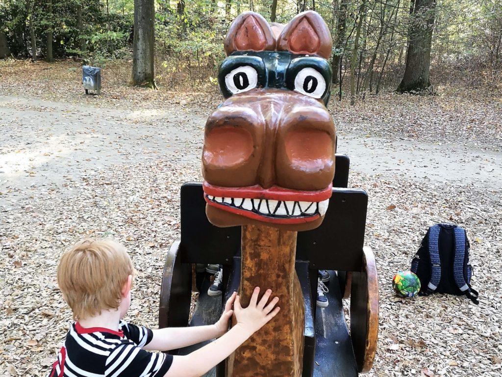 Die Wikingerschaukel war das Highlight auf dem Spielplatz im Waldspielpark - Frankfurt mit Kids